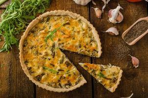 Käsequiche mit Huhn, Rucola und Pilzen foto