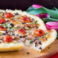 French Pie Quiche mit Tomaten, Schinken, Ei, Käse, leckerem Gericht foto