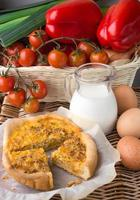 Zwiebeltorte, Eier und Milch - ein traditionelles Dorffrühstück foto