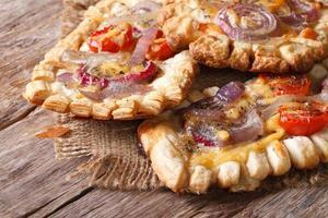 French Puff Tarts mit roten Zwiebeln und Tomaten horizontal