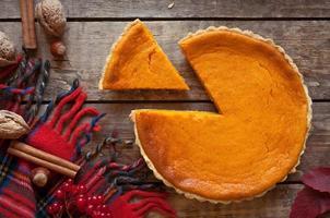 süßes köstliches natürliches Kürbistörtchen-Kuchen-Dessert, das auf Weinlese geschnitten wird foto