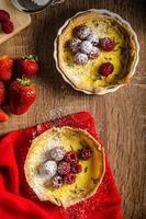 Zitronentarte mit Rosmarin und Beeren foto