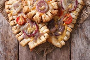 Kuchen mit roten Zwiebeln und Tomaten horizontale Draufsicht Nahaufnahme