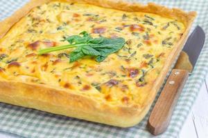 Ricotta-Spinat-Torte auf dem Holztisch, Nahaufnahme foto