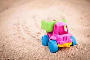 LKW fährt im Sand vorwärts foto