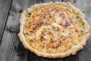 französische Quiche mit Zwiebeln, Lauch und Pilzen foto