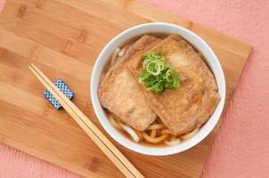 japanische küche, kitsune udon foto