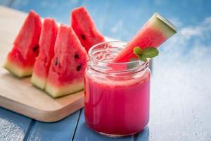 Wassermelonen-Smoothie mit Wassermelonenscheiben foto