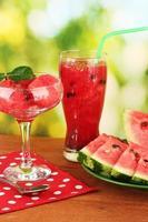 erfrischende Desserts der Wassermelone auf grünem Hintergrund Nahaufnahme