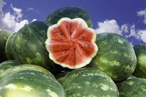 Wassermelonen mit Himmel im Hintergrund