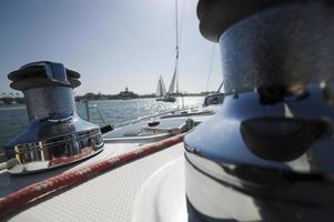 Winden und Deck des Segelboots