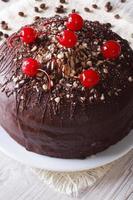 Schokoladenkuchen mit Kirschen und Nüssen. vertikale Nahaufnahme