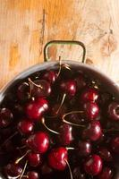 reife Kirschen auf rustikalem hölzernem Hintergrund foto