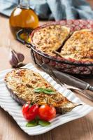 gebackene Auberginen gefüllt mit Käse, Hüttenkäse und Kräutern foto