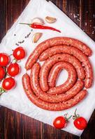 rohe Lammwurst mit Zutaten für Salsa foto