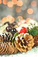Weihnachtsdekoration, Weihnachtskranz aus Zapfen auf Bokeh-Hintergrund