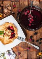 gerollte Pfannkuchen mit Beerenmarmelade foto