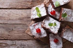 Brownie-Kuchen mit Minze und Kirsche horizontale Draufsicht