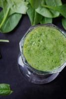 grüne Smoothie-Zubereitung