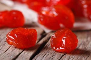 getrocknetes rotes Kirschenmakro auf einem hölzernen, horizontal