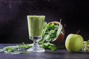 grüne Smoothie-Zubereitung foto