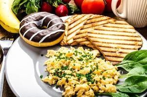 gesundes Frühstück Rührei mit Schnittlauch, Panini Toast foto