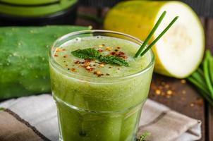 Gurken-Smoothie mit Kräutern und Chili foto