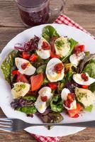 Salat mit gekochtem Ei foto