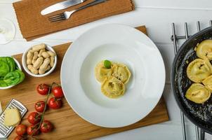 hausgemachte Tortellini gefüllt mit Spinat und Knoblauch foto