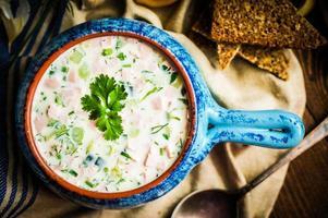 kalte Sommersuppe auf rustikalem Hintergrund foto