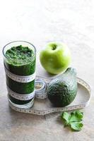 gesunder Smoothie. Avocado, Petersilie, Apfel, Spinat. foto