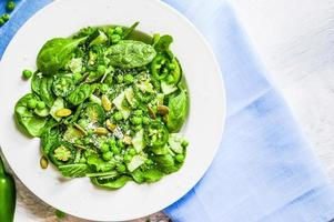grüner Salat mit Spinat, Pfeffer, Erbsen und Parmesan foto