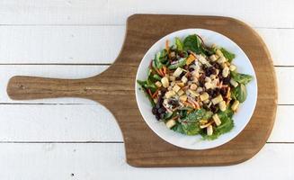 frischer grüner Salat auf rustikalem Hintergrund foto