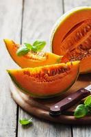 süße frische Melone auf dem Holztisch foto