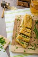 Strudel mit Spinat, Blauschimmelkäse und Knoblauch foto