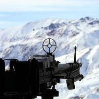 Militärhubschrauber mit Maschinengewehr foto