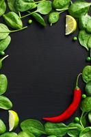 Lebensmittelhintergrund mit Spinat und rotem Chili foto