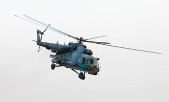 ukrainischer Militärhubschrauber im Flug foto