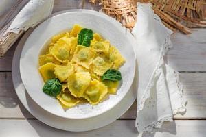 Ravioli mit Parmesan in der sonnigen Küche foto