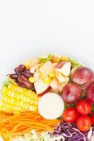 Salatbox Verpackung auf weißem Papierhintergrund foto