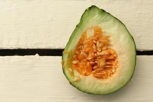 geschnittene Melone auf einem hölzernen Hintergrund