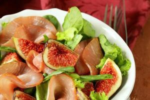 Salat mit geräuchertem Schinken und frischen süßen Feigen foto