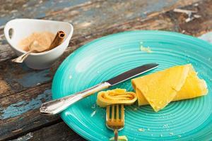 Stück Crêpe mit Zucker und Zimt foto