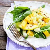 knuspriger Salat mit Apfel und Sellerie foto