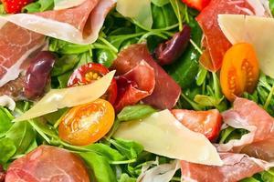 Salat mit Schinken und roten Oliven foto