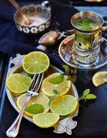 Minztee mit Limette und Zitrone foto