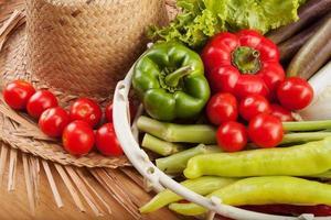 Dazu gehören frisches Obst und Gemüse. foto