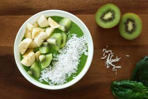grüne Smoothie-Schüssel auf einem hölzernen Hintergrund foto