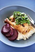 Brathähnchenmehl mit Gemüse und Kartoffelpüree foto
