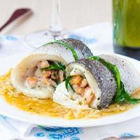 Fischröllchen mit Dorado-Filet gefüllte Garnelen, Spinat mit Zwiebeln foto